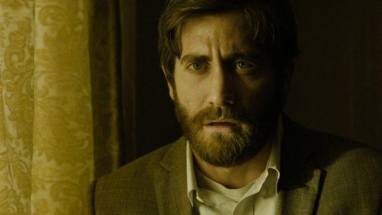 """Враг/ Enemy   """"Враг"""" не достигна славата на """"След утрешния ден"""" или """"Принцът на Персия"""", но е от филмите, които са предизвикателство за публиката с мрачната си атмосфера и леко хаотичен сюжет. Това е от тези филми, които трябва да гледате много, ама наистина много внимателно. Тук Джиленхол всъщност играе два образа – на затворения в себе си професор Адам Бел и на неуспелия актьор Даниел. Действието се заплита, когато единият разбира за съществуването на другия. За да изиграеш два коренно различни персонажи без това да предизвика нито объркване, нито смях у публиката, се изисква доста талант, а Джейк се справя забележително във филма."""
