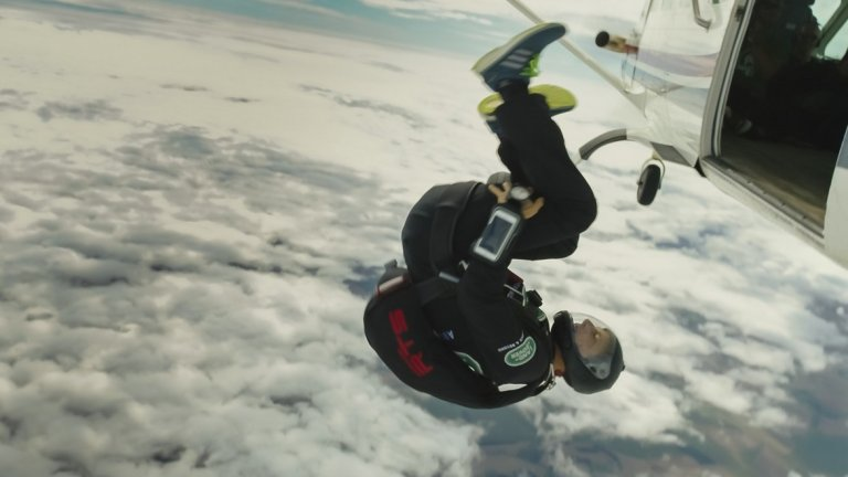 """2. Оцелява след падане, при което парашутът му се разкъсва във въздуха  По време на един от многобройните скокове с парашут по време на военната му подготовка, Грилс преживява неприятен инцидент. През 1996-а той скача от самолет, но парашутът му не се отваря правилно. Грилс мисли, че ще може да се справи с проблема и заради това не отваря резервния си парашут. В крайна сметка пада на повърхността и започва да подскача като """"парцалена кукла"""". Приземява се на гърба си, точно върху резервния парашут, а гръбнакът му поема сериозни щети - при инцидента получава фрактура на три гръбначни прешлена. Следващата една година от живота му е изпълнена с постоянни терапии и рехабилитация."""