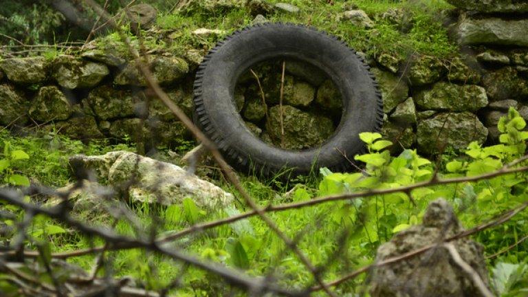 Предмети като тази гума са единствените спомени за някогашните собственици на руините
