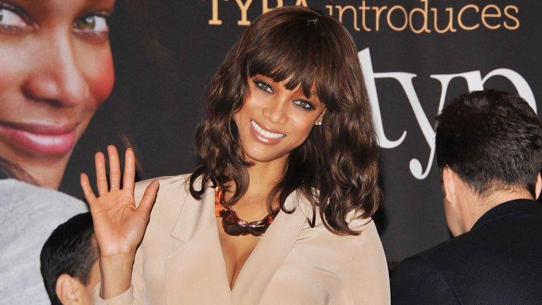 """Тайра обаче е първата... Тя е първата жена от афроамерикански произход, която: се появява на кориците на Sports Illustrated и GQ; сключва договор с макрата за декоративна козметика Cover Girl; снима се за корицата на каталога на Victoria's Secret. Банкс е и първата афроамериканка, която получава титлата """"ангел"""" на прословутата марка бельо."""