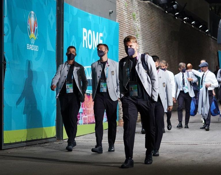 Един от голмайсторите при победата над Турция - Чиро Имобиле, и част от италианската делегация в стилните си костюми преди откриването на Евро 2020
