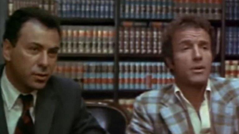 """15. Freebie and the Bean (1974) - Алън Аркин, намазан с кафяв грим, играе мексиканец на име Bean (боб), а злодеят е кросдресър, когото главните герои наричат """"Sicko Tranny"""" (Сбъркания травестит). И тук допълненията са излишни."""