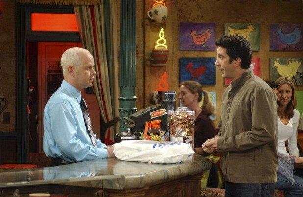 """16. Седмият приятел  Феновете често спорят за това, кой е седмият приятел в сериала – онзи образ, който е незаменим, макар и второстепенен. Най-разпространеното мнение е, че това е Гюнтер от """"Сентръл пърк"""". Сламенорусият собственик на кафенето, където приятелите висят, се появява в 152 от общо 236-те епизода на сериала.  В ролята на Гюнтер се превъплъщава Джеймс Майкъл Тейлър. Първоначално той се явява на кастинг за статисти за """"Приятели"""" и е взет, защото знае как се работи с кафе машина. По същото време Тейлър работи в кафене, защото актьорската му работа не може да го издържа.  Първата поява на Гюнтер е във втория епизод на първия сезон, но получава първата си реплика чак към средата на втория сезон и постепенно става неизменна част от шоуто със своята маниакална любов към Рейчъл и често антисоциално поведение.   Актьорът не е рус, но няколко дни преди кастинга за """"Приятели"""" помага на своя позната, която се упражнява за изпит за фризьорки и й позволява да се упражни в изрусяване върху главата му. След като взима ролята, продуцентите го молят да не променя външния си вид и така в продължение на 10 години Тейлър се изрусява всяка седмица."""