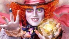"""Алиса в Огледалния свят  През 2010 г. """"Алиса в страната на чудесата"""" се превърна в голям финансов успех и направи над милиард долара в бокс офиса, без да бъде кой знае колко добър филм. Продължението """"Алиса в Огледалния свят"""" обаче няма особени перспективи през себе си, първо защото се появява едва шест години след оригинала (твърде дълъг период за днешната холивудска реалност), и второ защото Тим Бъртън не се завръща на режисьорския стол. Заместникът му Джеймс Бобин има опит в пълнометражното кино само с два филма за мъпетите.   Наистина Джони Деп отново е на линия като Шапкаря, но колкото и да е популярен, неговото присъствие не гарантира приходи и последните години доказаха това. Никак не помага и фактът, че филмът излиза по екраните в края на май, когати тръгва и най-новата част на """"Х-Мен"""". Колкото и да е различна целевата аудитория, съревнованието с успешна поредица за супергерои едва ли ще завърши добре."""