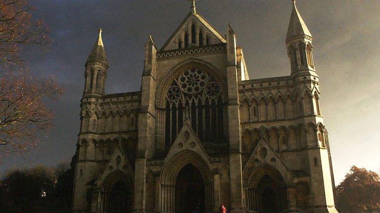 """Картината e нарисувана от британската художничка Лорна Мей Уодсуърт. Тя ще замени иконата """"Рождество Христово"""" с Дева Мария на олтара на катедралата в Сейнт Олбанс."""