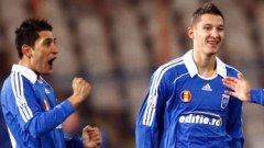 Флорин Костея (вляво) е 24-годишен нападател и е национал на Румъния. През миналия сезон той стана голмайстор на местния шампионат.