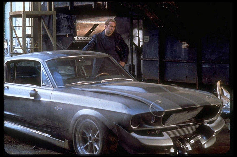"""Ford Mustang Shelby, """"Да изчезнеш за 60 секунди""""   Запознайте се с Елинор от """"Да изчезнеш за 60 секунди"""". Любимата (кола) на Никълъс Кейдж е Ford Mustang Shelby и получава името си още от оригиналния филм от 1974 г. За целите на продукцията от 2000 г. са произведени общо 11 такива автомобила, като само три от тях са напълно функциониращи. Две от тези 11 коли са напълно разрушени по време на снимките.   Под капака е неприсъщият за класическото Shelby осемцилиндров двигател с 400 конски сили. Други изменения са централните предни фарове, четиристепенната скоростна кутия и снижено окачване. Един от екземплярите от филма е продаден през 2013 г. за колосалната сума от 1 млн. долара."""