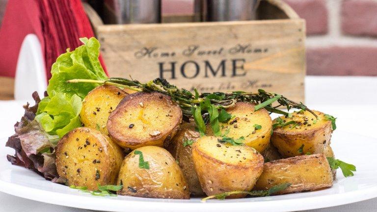 КартофиСкромните картофи са набеждавани, че съдържат прекалено много въглехидрати и нишесте и нямат почти никакви полезни свойства. Пред Heathline проф. Джена Брадок опровергава това твърдение. Тя уточнява, че картофите са богати на Витамини B и C, както и на така ценния калий. Все пак, ако държите да се храните здравословно, посочва Брадок, не посягайте към мазните пържени картофки.