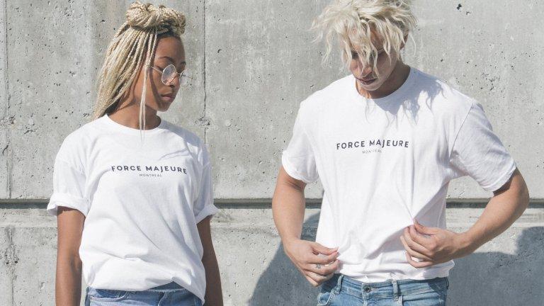Бяла тениска   Задължителна дреха в летния гардероб и за жените, и за мъжете. Бялата тениска е като бяло платно, върху което да наслагвате каквото решите - щампи, надписи, аксесоари. Отива си с абсолютно всичко и ако е от качествен памук или вискоза, жегите няма да ви притесняват.