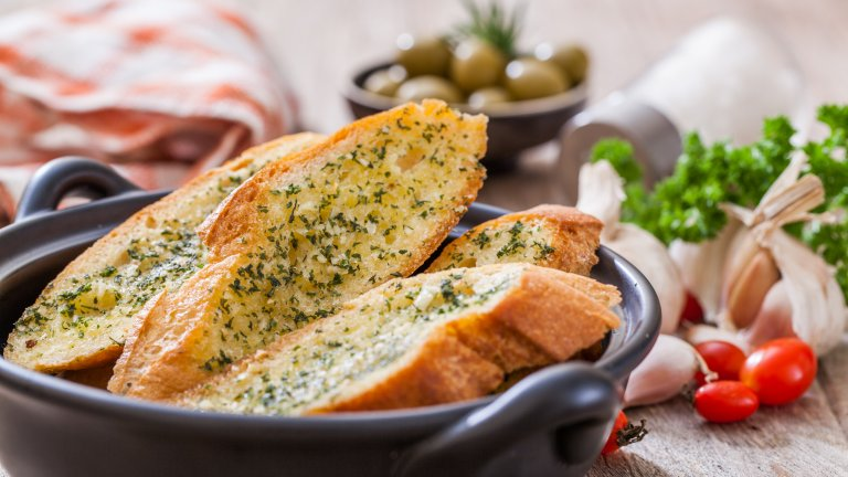 """Чеснов хлябОбожаваме чеснов хляб, но в Италия и по-точно в традиционната италианска кухня той не фигурира. Няма точни данни кой находчив човек е решил да комбинира френска багета с изобилие от масло и чесън, само че трябва да признаем, че резултатът е наистина вкусен. Просто не е италиански.   Италианският """"оригинал"""" на рецептата са брускетите, които се сервират като предястия и аперитив. Те обаче се приготвят с италианската чабата, а не с френската франзела."""