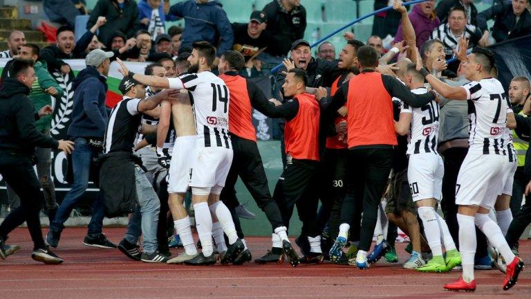 Футболистите на Локомотив обезумяха от радост след отбелязването на гола, който се оказа и победен