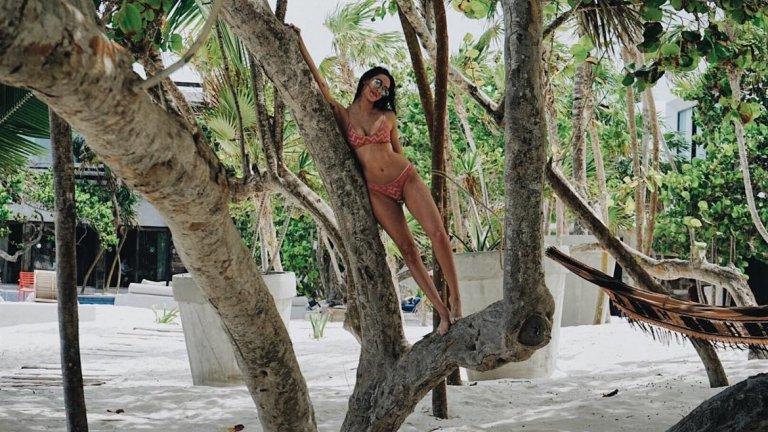 Джулия Моши е фешън звезда в Instagram и автор за Vogue. Също така тя има богати родители и обича да се снима по бански.