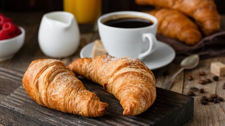 КроасанътИмало е време, в което кроасанът е бил рядкост във Франция, защото маслото не е било общодостъпен продукт. За точната родина на кроасана спорят три държави - Германия, Австрия и Италия. В Германия и Австрия си имат kipfel, а в Италия - специален многопластов венециански хляб. И въпреки че не се знае кой точно е оригиналът на кроасана, едно е ясно - той не е френски.