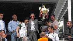 """Собственикът на Лудогорец Кирил Домусчиев държи купата, която клубът получи по английски образец като шампион на Източната """"Б"""" група. Вляво от него е министър-председателят Бойко Борисов, който лично уважи тържествата в Разград"""