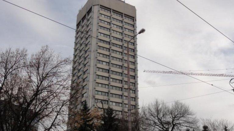 """Сграда на КНСБ - 99 метра, 22 етажа, 1978  Сградата на площад """"Македония"""" е завършена през 1978 година, а методът й на строене е бил изключително интересен: етажите са издигани отгоре-надолу около централна бетонна ос. В района на площада още от края на 60-те години има градоустройствен план за построяването на група високоетажни сгради, но през социализма е осъществена само сградата на синдиката. Архитекти са Лозан Лозанов и Богдан Томалевски, които печелят конкурс за издигане на профсъюзен дом.  Снимка: Wikipedia"""