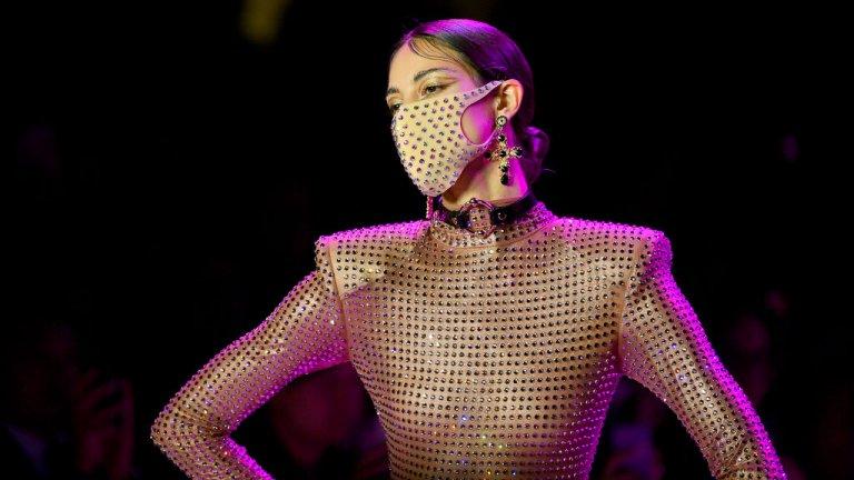 През февруари видяхме на Нюйоркската седмица на модата няколко модели, които излязоха с дизайнерски маски. В нашата галерия можете да видите най-любопитните сред тях. На снимката: модел на The Blonds с маска тип Pitta