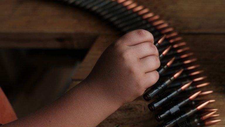 Живот без училище, а с оръжие в ръце. Такава е съдбата на деца между 6 и 12 години в мексиканския щат Гереро. Там местните хора се обучават как сами да се предпазват от наркокартелите, защото властите не могат да гарантират безопасността им.