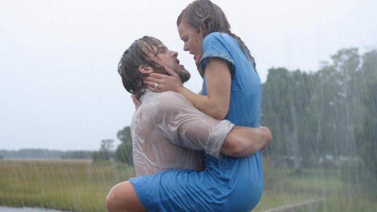 """""""Тетрадката""""   В този филм няма пречки пред страстта и любовта - времето, обстоятелствата и болестта се оказват само временни препятствия пред любовта на героите на Рейчъл Макадамс и Райън Гослинг.  На химията между тях не пречи дори проливният дъжд, който не само не охлажда чувствата им, а като че ли ги разгаря още повече. Моментите от срещата под ледения дъжд са си направо горещи."""