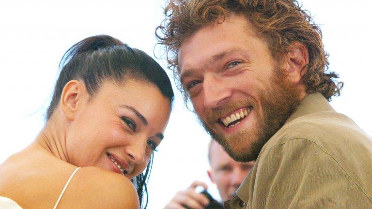 """Тя не гледа филмите със себе си повторноБелучи среща бившия си съпруг Венсан Касел на площадката на филма """"Апартаментът"""" (1996 г.) и двамата остават заедно до 2013 г. През 2002 г. двойката се снима и в """"Необратимо"""" на Гаспар Ное, но Белучи признава, че не успява да гледа филма заради бруталната 9-минутна сцена на изнасилването на нейната героиня. Същата сцена изкарва много хора от киносалона. Моника признава също, че по принцип не обича да гледа филмите със свое участие. """"Трябват ми много години, за да видя свой филм отново, защото ми е трудно да съм обективна. А и ми е доста скучно да гледам себе си"""", казва тя в The Talks."""
