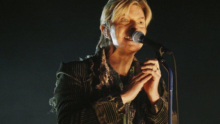 """Дейвид Бауи 67 годишният певец изненада много хора, отправяйки съобщение през Кейт Мос, която прие от негово име наградата му на Brit Awards. Съобщението гласеше: """"Шотландия, остани с нас""""."""