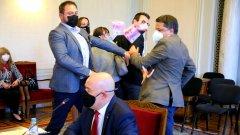 По време на отчета на прокуратурата пред правната комисия мъж замери главния прокурор с банкноти с лика на премиера Бойко Борисов