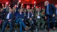 Официалният Spitzenkandidat на ПЕС Франс Тимерманс (първият вдясно) не е единственият функционер от ПЕС, който не влиза в синхрон с преобладаващото социалистическо настроение в организацията