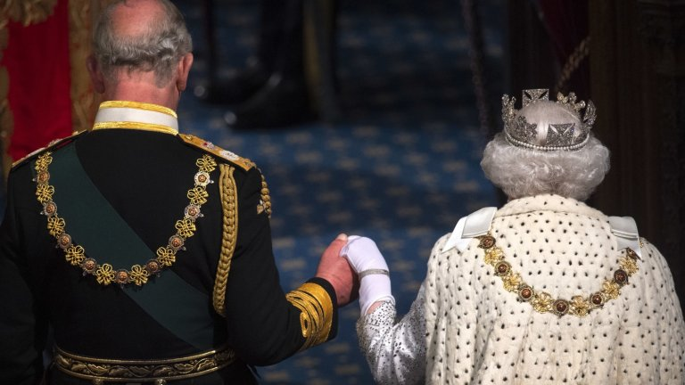 Защо Елизабет II просто не абдикира?  Такива слухове се появяват редовно, но така и не стават реалност. Причините кралицата да не абдикира са няколко, но ето ги двете основни:  Първо, защото на 21-ия си рожден ден тя казва, че ще управлява през целия си живот, независимо колко дълъг е той.  Второ, дори все пак да абдикира, това решение минава и през парламента, а възкачването на Чарлз на трона по този начин ще изисква допълнително законодателство - като Декларацията за абдикиране от 1936 г., чрез която дядо му Джордж VI става крал.