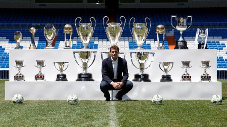 Вратар: Икер Касияс – 6 (2007, 08, 09, 10, 11, 12), Реал (Мадрид)/Порто и Испания Капитан на Евро 2008 и Евро 2012, Касияс вдигна и световната купа през 2010-а. Това са три от шестте години, в които легендата на Реал влезе в Идеалния отбор на УЕФА.