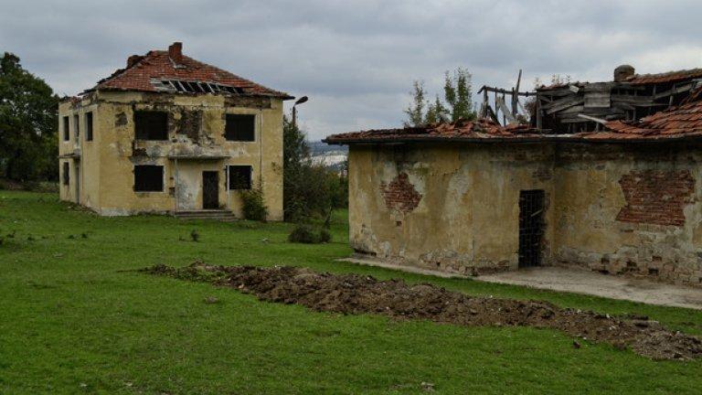 Останките от старата административна сграда и смесения магазин на селото. В момента най-близките магазини за жителите се намират в съседното Широко поле