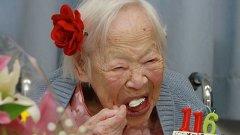 Японката Мисао Окава документирано е родена през 1898-ма. На снимката тя празнува 116-тия си рожден ден