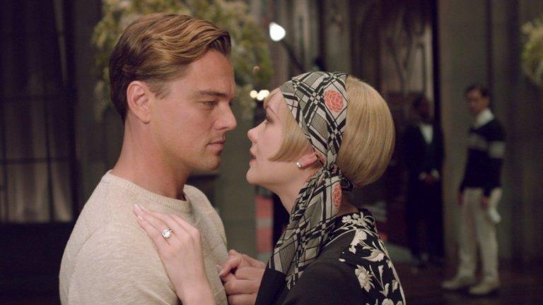 """""""Великият Гетсби"""" (The Great Gatsby, 2013 г.) В адаптацията на класическия едноименен роман на Франсис Скот Фицджералд виждаме много стил и много труд, вложен в тоалетите, които отразяват духа на своето време - 20-те години на миналия век. Това е оценено и от Филмовата академия, която го отличава с две награди """"Оскар"""" - за най-добър дизайн на продукция и най-добър дизайн на костюми. Но за да се стигне до заснемането и наградите, Brooks Brother доставят 1200 костюма, Миучия Прада проектира 40 рокли, а Tiffany and Co. създават диамантените шапки от 20-те години, които носи Дейзи (Кери Мълиган).   Сюжетът разказва за милионеара със съмнително минало Джей Гетсби (Леонардо ди Каприо), натрупал цяло състояние. Според някои то е от контрабанда на алкохол по време на Сухия режим. Според други Гетсби е убил богат човек, чиито пари е присвоил. Трети гадаят дали не е германски шпионин. Така или иначе това не вълнува толкова самият Гетсби - той е воден основно от пагубната си любов към омъжената за друг негова любима Дейзи."""