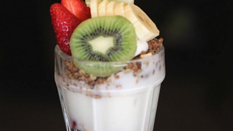 8. Парфе от мюсли В малка коктейлна чаша смесете мюсли с боровинки (или горски плодове) и кисело мляко. Комбинацията от въглехидрати, богати на фибри, ще ви държи сити, а количеството не е голямо.