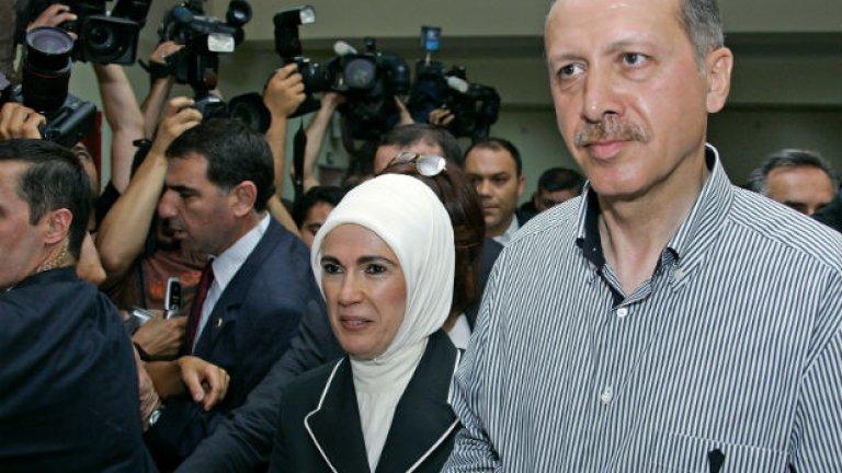 Реджеп Ерддоган гласува заедно със своята съпруга