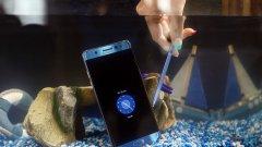 Телефонът е водоустойчив (IP68) и има писалка, с която може да пишете дори когато вали.