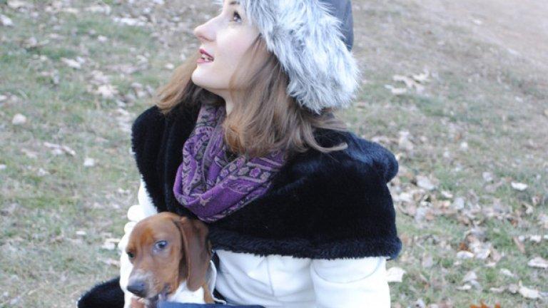 Лили Огнянова е градско момиче,  в кошницата на колелото гордо се вози красиво куче с развяващи се във въздуха уши.