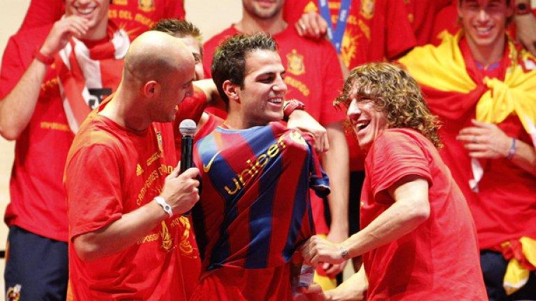 По време на тържествата около спечелването на световната титла съотборниците на Фабрегас в испанския национален отбор си направиха недотам тактичната шега да му нахлузят фланелка на Барселона