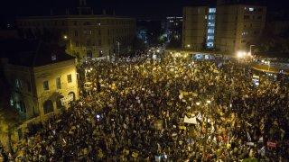Демонстрантите са недоволни от реакцията на правителството спрямо коронавируса