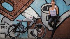 Екзотичен велосипед: SPA Bicicletto     Страна: Италия   Драматичното Bicicletto от италианската SPA (Societa Piemontese Automobili), уважавано име в автопроизводството и дизайна, основано през 1906 г. – е вдъхновено от буталните cafe-racer мотоциклети на миналото. Не се подвеждайте обаче: този електрически хибрид е пълен с технологии от XXI век, включително лъскава композитна карбонова рамка, която свежда теглото до приемливите 23 кг.   Акумулаторът е разположен в долната част на рамката; фалшивият резервоар за гориво всъщност е отделение за багаж, върху което има LED дисплей, който съобщава скоростта и нивото на заряд на акумулатора.   С електрическото задвижване, Bicicletto достига максимална скорост 45 км/ч; компанията твърди, че колелото изминава 50 км само на електричество и цели 120 км, ако пътникът върти педалите.   Включен в стандартен електрически контакт, акумулаторът се презарежда за пет часа.   Подобно на някои други красиви возила от Италия, изключително стилното Bicicletto няма да бъде никак евтино. Когато велосипедът се появи в Европа в края на 2015 (и в останалата част от света през 2016), той ще струва приблизително колкото и чисто нов Fiat Panda.   Цена: $11 000 (по ранни прогнози)