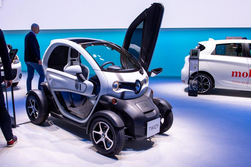 Renault TwizyАко се чудите кой къде се събира в този автомобил – седалките са една зад друга. Електромобилът струва около 9700 евро и се радва на прилични продажби – през 2019 г. например са продадени над 17 хил. бройки от него. Колата се използва и от френската полиция, което едва ли ще ви убеди да отделите пари да си я купите.