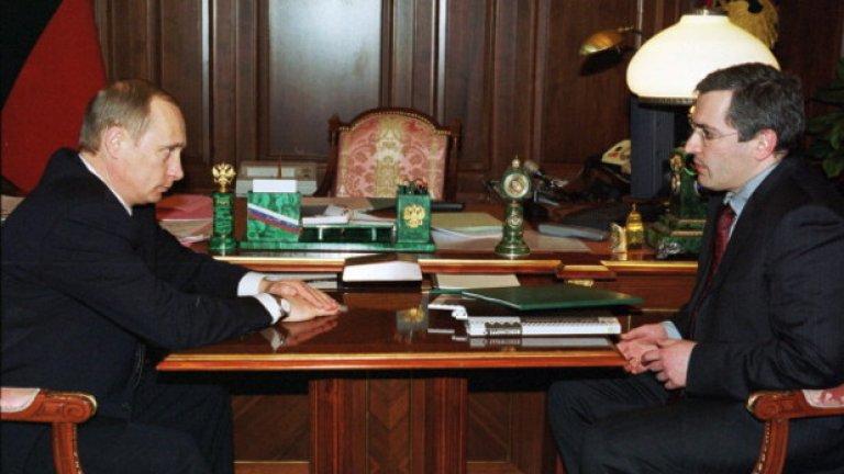 """Март, 2002-ра: Президентът Владимир Путин се среща с генералния директор на """"Юкос"""" Михаил Ходорковски в Кремъл. Toва е разговор, по време на който са обсъдени енергийните отношения между ЕС и Русия. Малко по-късно петролният олигарх е хвърлен в затвора за 10 години"""