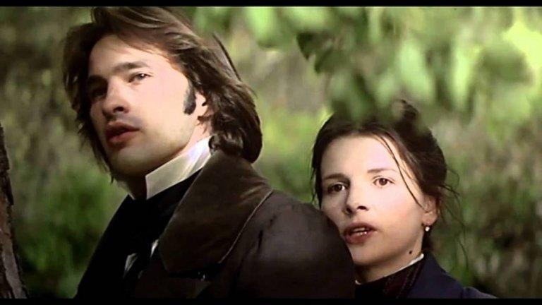 """""""Хусар на покрива"""" Това е най-скъпият френски филм, правен до 1995 г. Жулиет си партнира с Оливие Мартинес, с когото впоследствие стават любовници. Филмът е заснет по приключенския роман на Жан Жионо и разказва за пътя на един италиански офицер карбонар, който пътува в Прованс в пика на епидемията от холера през 1832 г."""