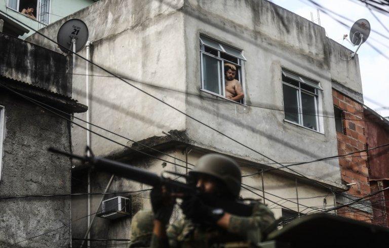 Войник на улица в Рио през 2017 г. Армията неколкократно е мобилизирана, за да се изправя срещу вилнеещите банди.