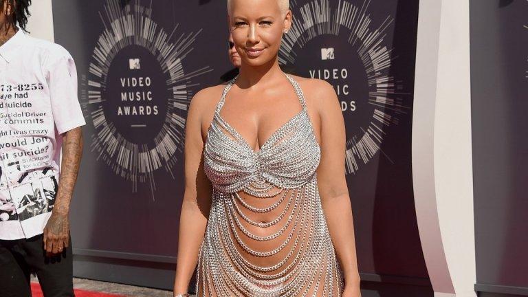 Амбър Роуз  Вериги, диаманти и никакъв свян бе мотото на изпълнителката Амбър Роуз, която носеше прозрачна рокля на Лорел Дюит при раздаването на видео наградите на MTV през 2014 г.