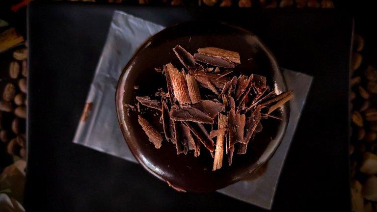 Щедри шоколадови стърготини  Тази украса ще се хареса най-вече на жените, за които шоколадът никога не е твърде много. Шоколадовите стърготини си подхождат с коктейли с вкус на карамел, кокос и банан и са лесни за правене. Трябва ви шоколад по ваш вкус - млечен и натурален - и остър нож, с който да нарежете много тънки люспи. За по-ситни парченца шоколад ползвайте едро ренде.