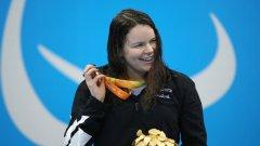 Златната медалистка на 100 м гръб Мери Фишър чува звука от титлата си