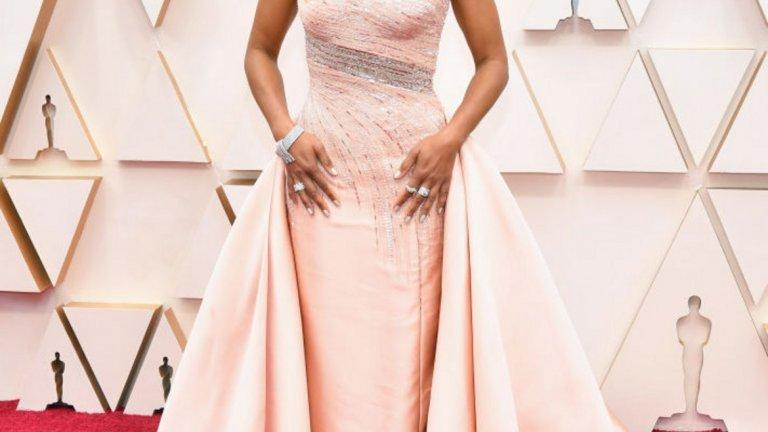 Реджина Кинг   Кинг винаги е правила безпогрешен избор за червения килим и тазгодишната церемония не прави изключение. Този път тя се спря на бледорозова Versace и бижута на същия бранд.