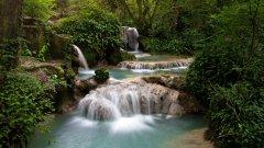 Крушунски водопади  Крушунските водопади са едно от задължителните места за всеки истински любител на природата. Водопадът представлява водна каскада, с множество живописни прагове, водоскоци и басейни. Намира се в Ловешка област, до село Крушуна.
