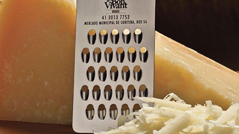 Визитната картичката, с която се представя бразилска търговска верига, е и ренде за сирене.