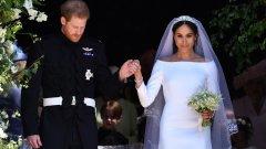 Милиони гледаха кралската сватба на годината   На 19 май тази година вече бившата холивудска актриса Меган Маркъл се жени за принц Хари в Уиндзор. Кралската сватба беше едно от най-дългоочакваните събития на годината, гледано от милиони зрители по целия свят. Списъкът с гостите включваше семейство Бекъм, Амал и Джордж Клуни, Опра Уинфри и още много други.  Меган е първият човек със смесен произход, който се жени за член на британската монархия. Речта на свещеника, който ги венча, беше един от най-важните моменти на сватбата.   Другият важен момент, разбира се, беше роклята. Маркъл избра изчистена рокля на дизайнерката Клеър Уейт Келър - първата жена артистичен директор в Givenchy.