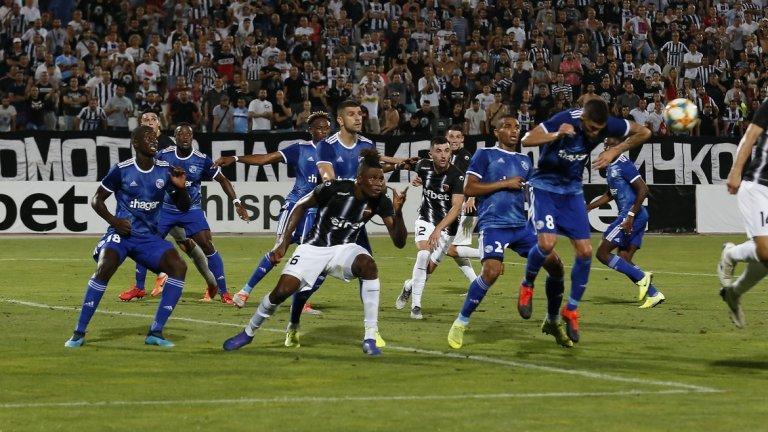 Локо Пловдив игра цели 80 минути с човек по-малко, но не инкасира нов гол и пропусна златен шанс да изравни